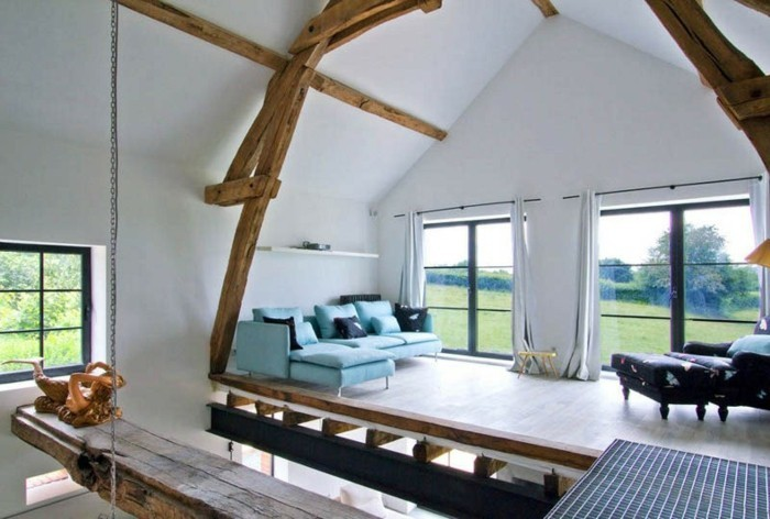 grange-renovee-salle-de-sejour-vue-impressionante-canape-en-bleu-coussins-decoratifs