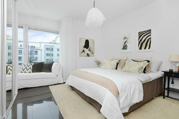 gros-lit-confortable-canape-pres-de-la-fenetre-sol-carrelage-gris-tapis-blanc-casse-couleur-mur-blanc-deco-scandinave