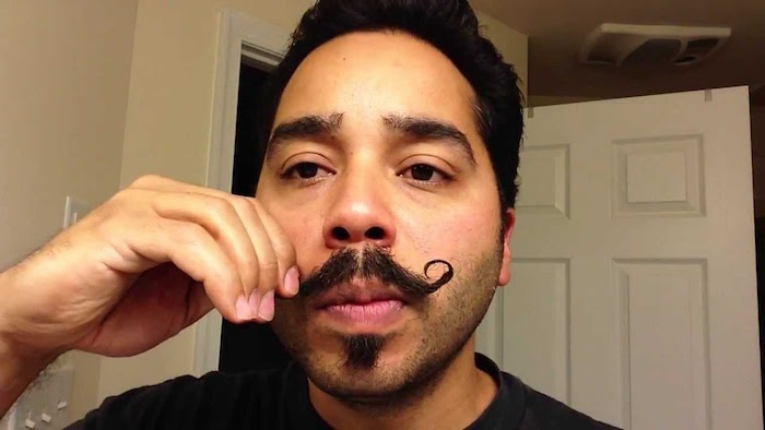 grosse moustache barbe homme hipster cire boules