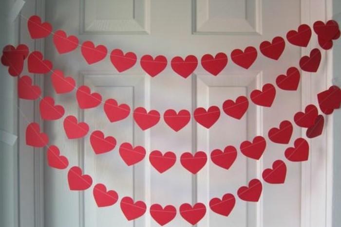 guirlande-diy-decoratif-pour-la-fete-de-saint-valentin-guirlande-composee-de-petits-coeurs-rouges-enfiles