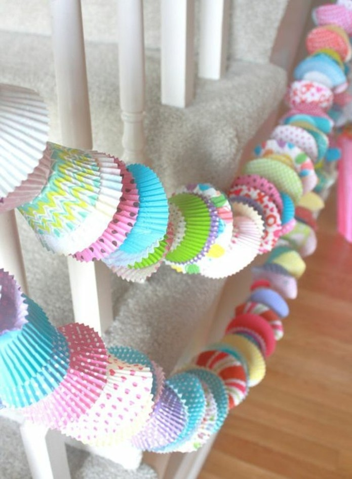 guirlande-diy-original-composee-de-moules-a-muffins-multicolores-decoration-anniversaire-fille