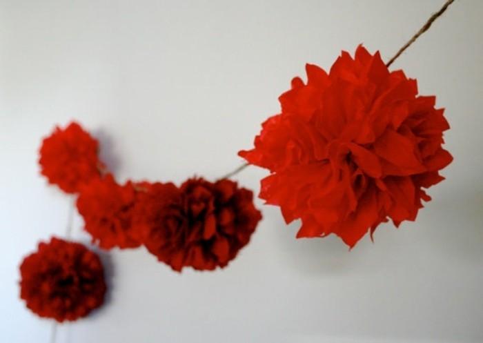 guirlande-en-papier-crepon-roses-rouges-geants-belle-decoration-de-mariage-florale