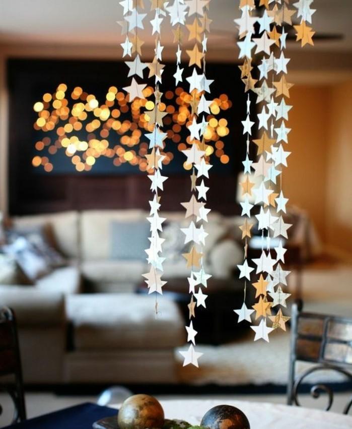 guirlande-papier-constitue-de-petites-etoiles-dorees-et-argentees-decoration-maison-elegante