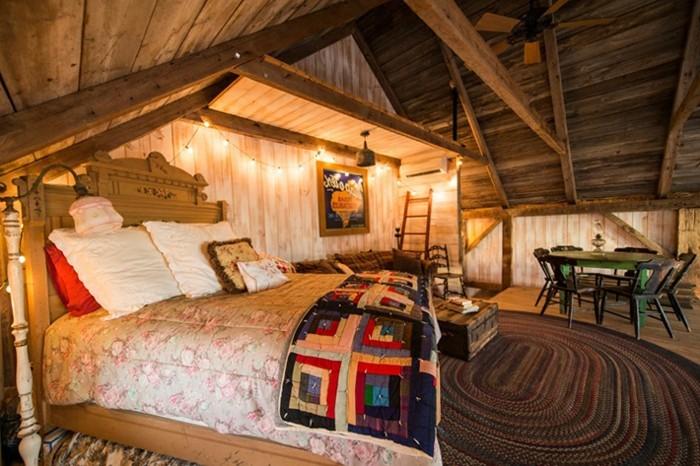 hangar-amenage-grand-lit-coussins-decoratifs-couverture-de-lit-en-motifs-floraux