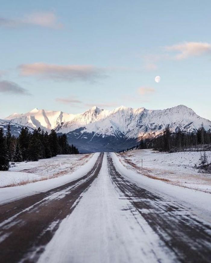 hauteur-neige-chemin-vers-les-montagnes-sommets-couverts-de-neige-lune-nuages