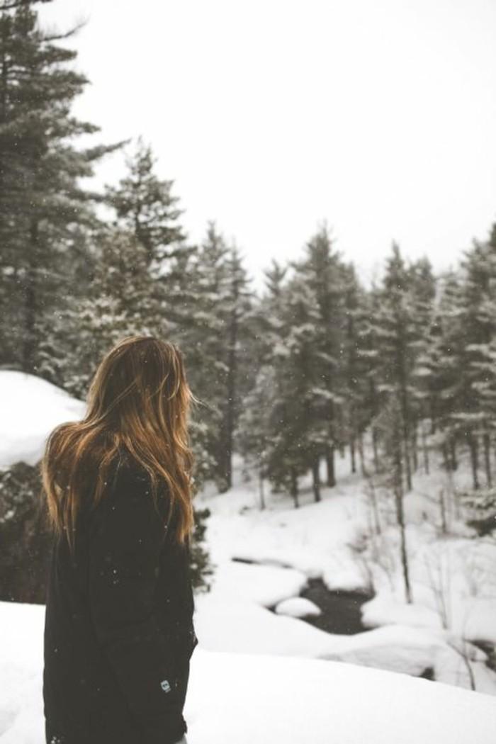 hauteur-neige-fille-cheveux-blond-marron-manteau-noir-nature-d'hiver