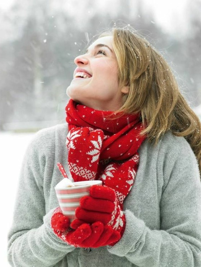 hauteur-neige-fille-dans-la-montagne-enneigée-écharpe-rouge-avec-déco-noel-flocons-de-neige