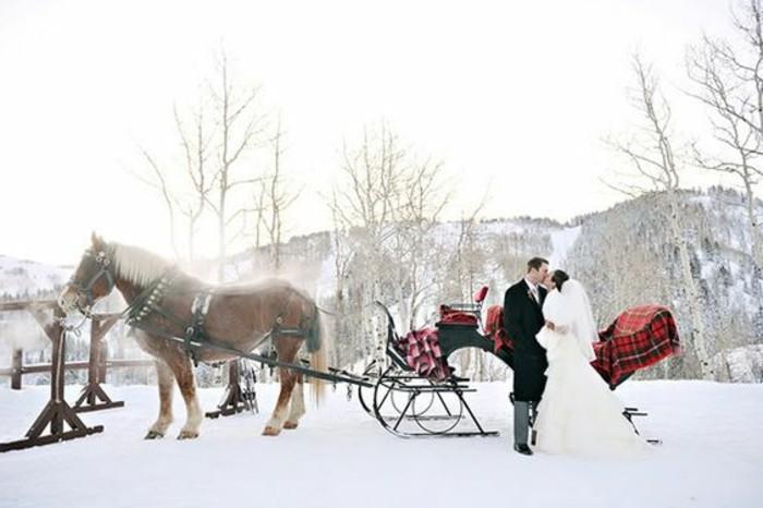 hauteur-neige-marriage-avec-vue-sur-les-montagnes-chariot-avec-couvertures-rouges