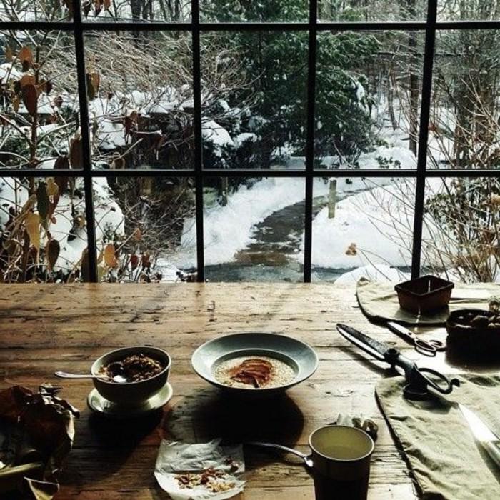 hauteur-neige-petit-déjeuner-desserts-table-de-bois-vue-sur-une-rivière