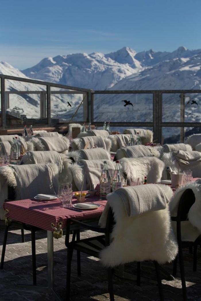 hauteur-neige-terrasse-avec-une-vue-sur-les-sommets-de-montagnes-enneigées
