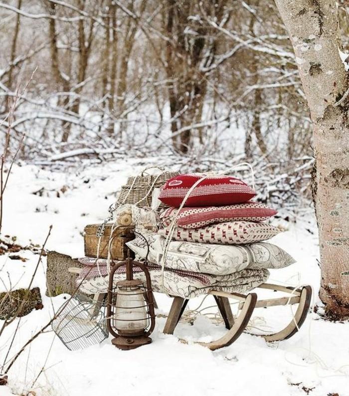 hauteur-neige-trâineau-avec-des-housses-et-couvertures-coffre-en-bois-lanterne