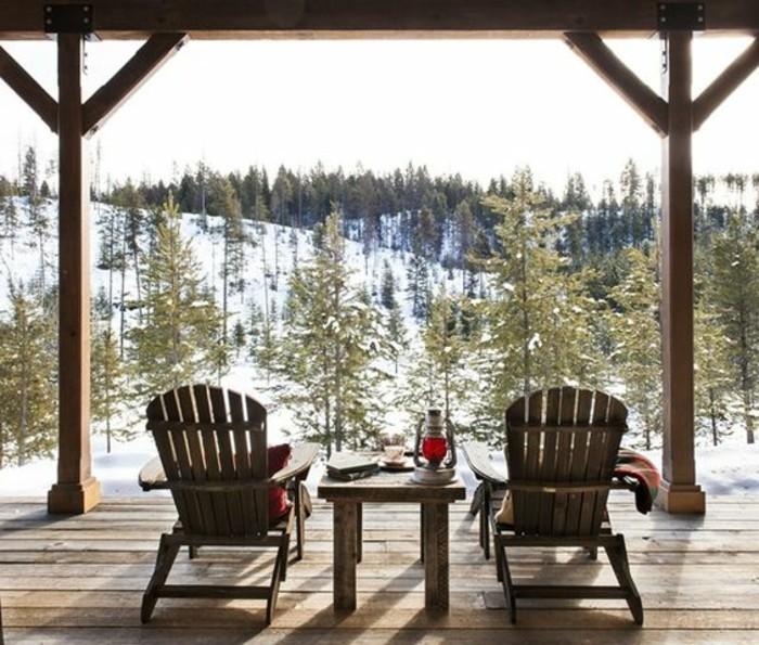 hauteur-neige-transats-et-table-café-en-bois-housses-et-couverture-rouges