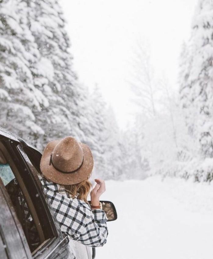 hauteur-neige-voiture-fille-chapeau-beige-et-chemise-rayée-foret-enneigée