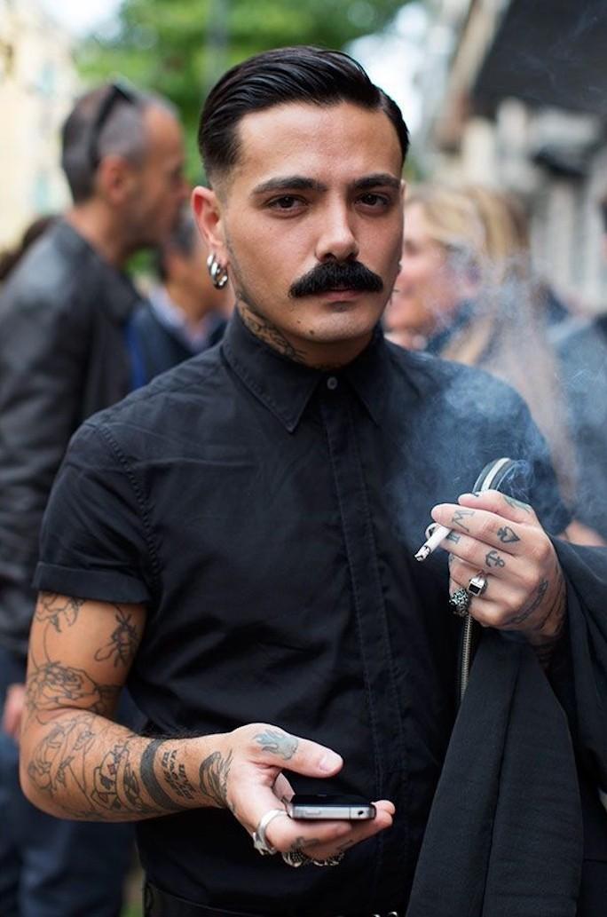 homme a moustache epaisse tailler barbe hipster homme tatouage coupe pompadour