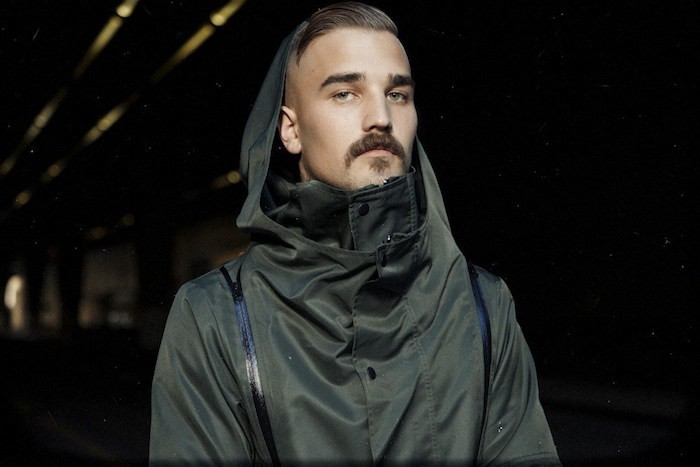 homme moustache tombante mexique fer à cheval barbe hipster