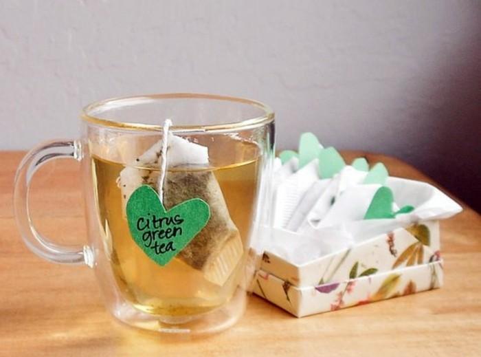 idée-cadeau-pour-sa-meilleure-amie-a-faire-soi-meme-idee-pour-les-amateurs-du-thé-boite-remplie-de-sachets-contenant-de-différents-types-de-thé