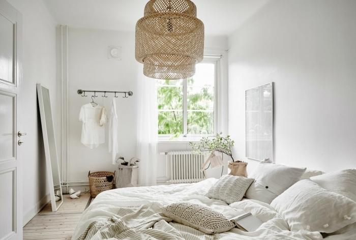 idee-chambre-scandinave-mur-peinture-blanche-linge-de-lit-blanc-suspension-beige-parquet-bois-clair
