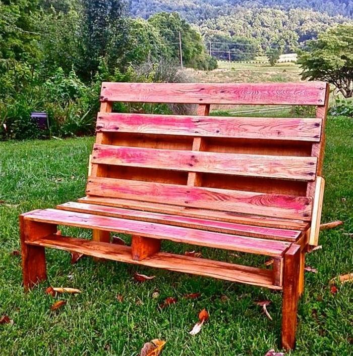 idée-comment-fabriquer-un-banc-en-palette-teinte-rouge-sur-un-pré-dans-un-parc-mobilier-ecolo