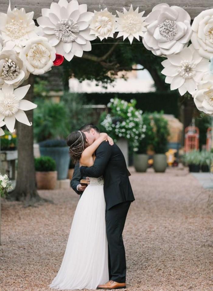 idée-originale-pour-une-cérémonie-de-mariage-arche-mariage-fleurs-en-papier