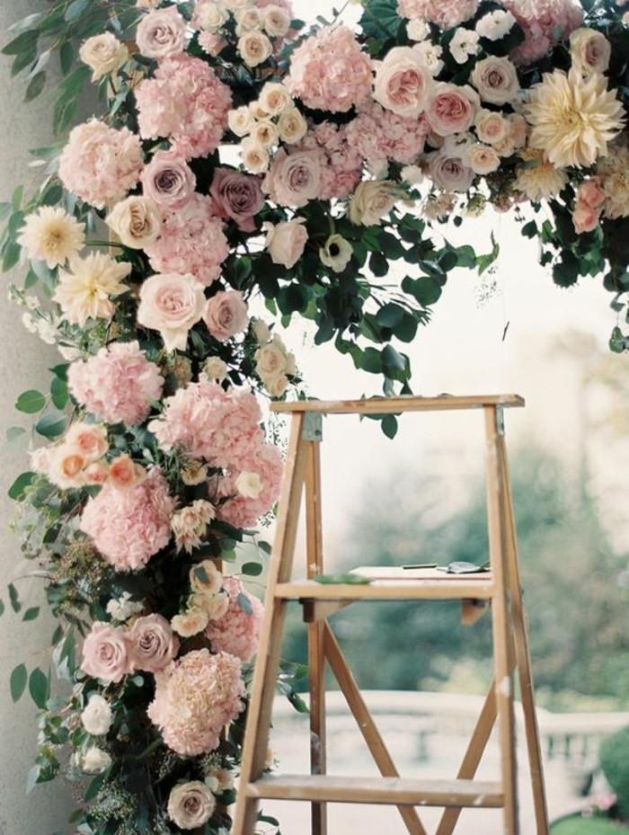 idees-mariage-decoration-pour-mariage-couleur-pastel-echelle-fleurs-cadre