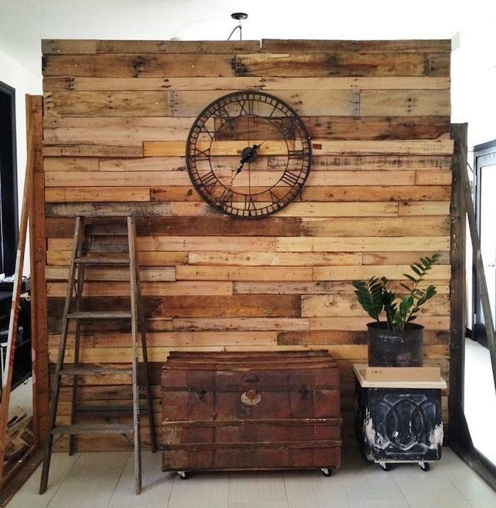 idees-separer-interieur-mur-en-bois-recycle-diy-rideau-en-palettes-separation-pieces