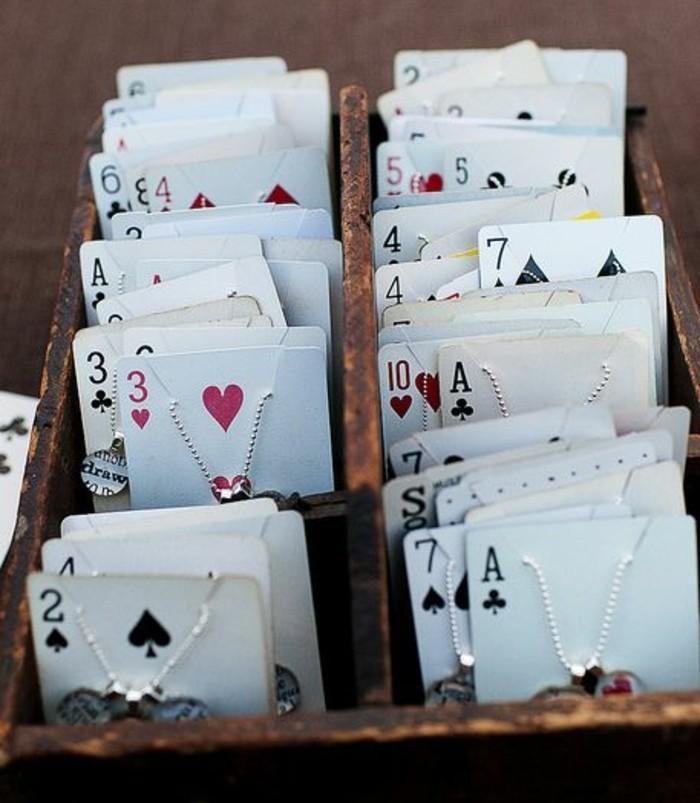 idee-comment-fabriquer-un-porte-bijou-de-cartes-de-jeu-transformes-en-un-rangement-pour-vos-bracelets-et-colliers