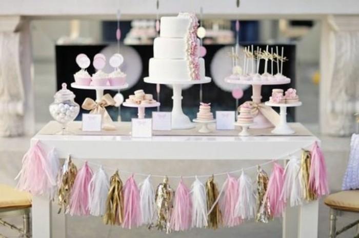idee-de-decoration-anniversaire-fille-guirlande-en-papier-constituee-de-pompons-a-franges