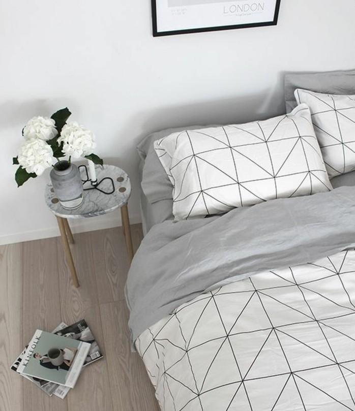 idee-de-decoration-scandinave-dans-la-chambre-a-coucher-parquet-clair-couverture-de-lit-a-motifs-geometriques-vase-de-fleurs