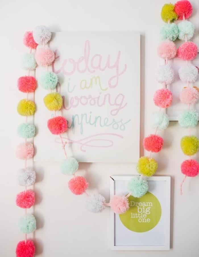 idee-de-guirlande-diy-compose-de-pompons-de-couleurs-diverses-idee-de-decoration-anniversaire-a-faire-soi-meme