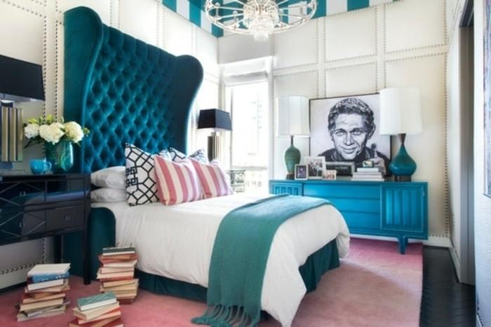 idee-deco-chambre-avec-des-elements-bleu-petrole-et-bleu-paon-lit-avec-tete-lit-capitonée-coiffeuse-bleu-canard-coiffeuse-table-de-nuit-vintage-tapis-rose-livres-empilés