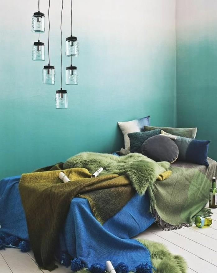 idee-deco-chambre-ombré-suspensions-industrielles-parquet-peint-en-blanc-couvertures-et-coussins-en-vert-bleu-marron-et-jaune-deco-bleu-canard
