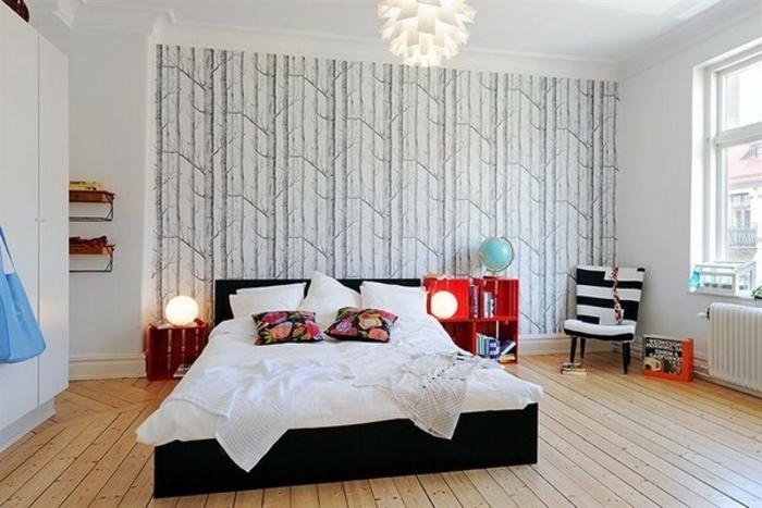 idee-deco-scandinave-dans-une-chambre-a-coucher-spacieuse-papier-peint-motif-foret-nordique-parquet-clair-canape-zebre