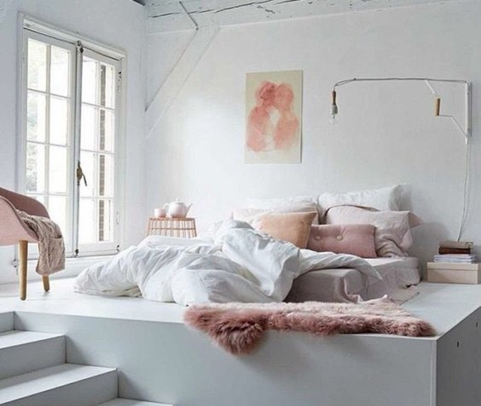 idee-deco-scandinave-matelas-a-meme-le-sol-decor-blanc-avec-des-accents-rose-chaise-scandinave-rose-a-pieds-en-bois