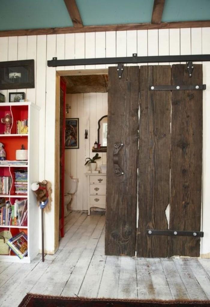 intérieur-en-bois-porte-de-grange-à-galandage-en-bois-foncé