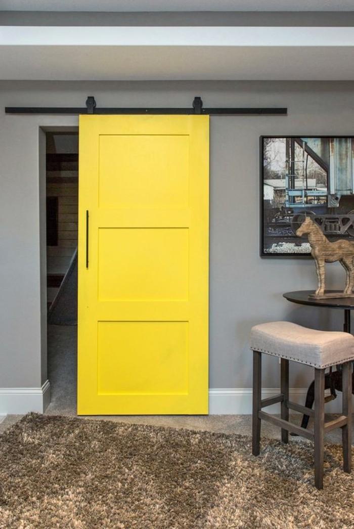 intérieur-gris-porte-de-grange-jaune-tapis-douillet