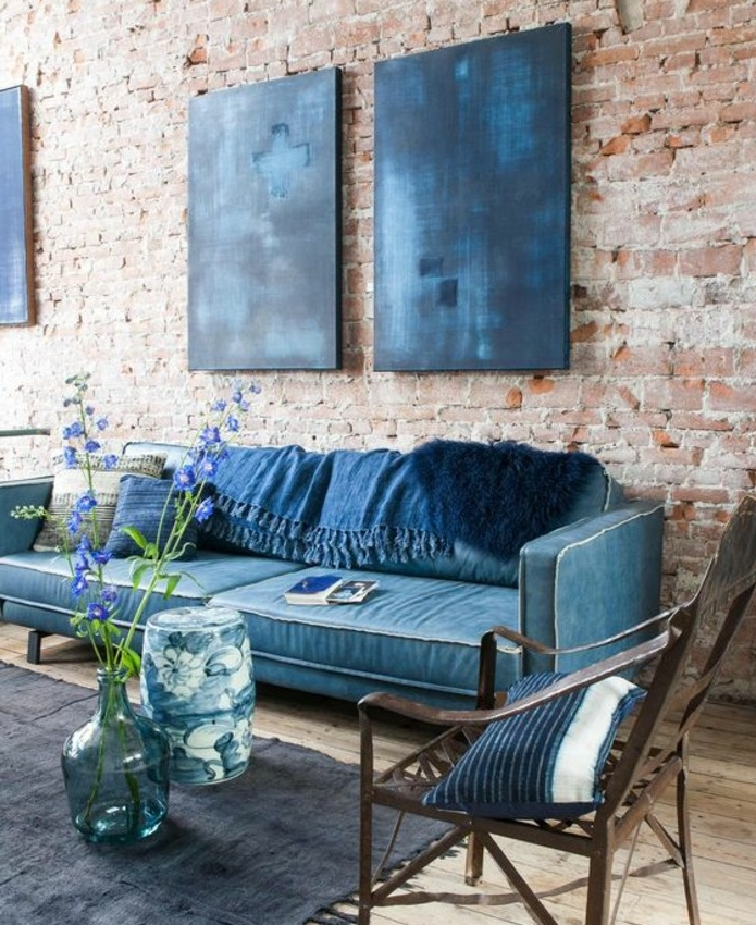 ... couleur indigo, canapé et coussins indigo, tapis gris, chaise en