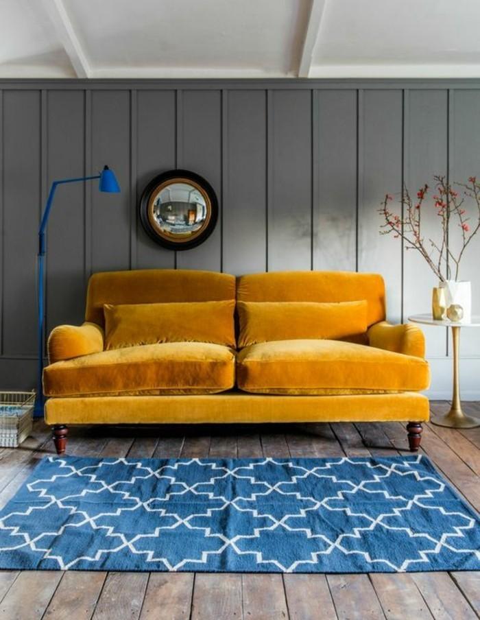 jaune-moutarde-canapé-en-velours-jaune-et-tapis-bleu