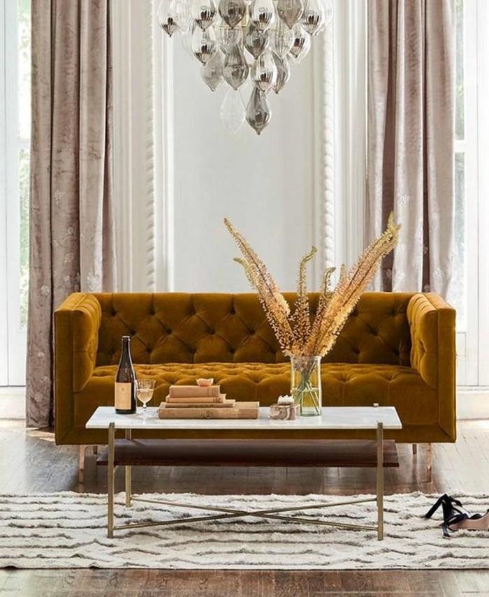 jaune-moutarde-canapé-jaune-dans-une-chambre-claire