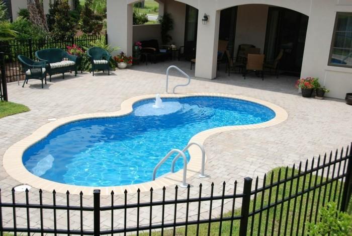 jolie-maison-dete-petite-piscine-coque-forme-libre