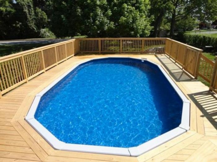 jolie-terrasse-en-bois-pour-une-petite-piscine-coque-de-forme-ronde