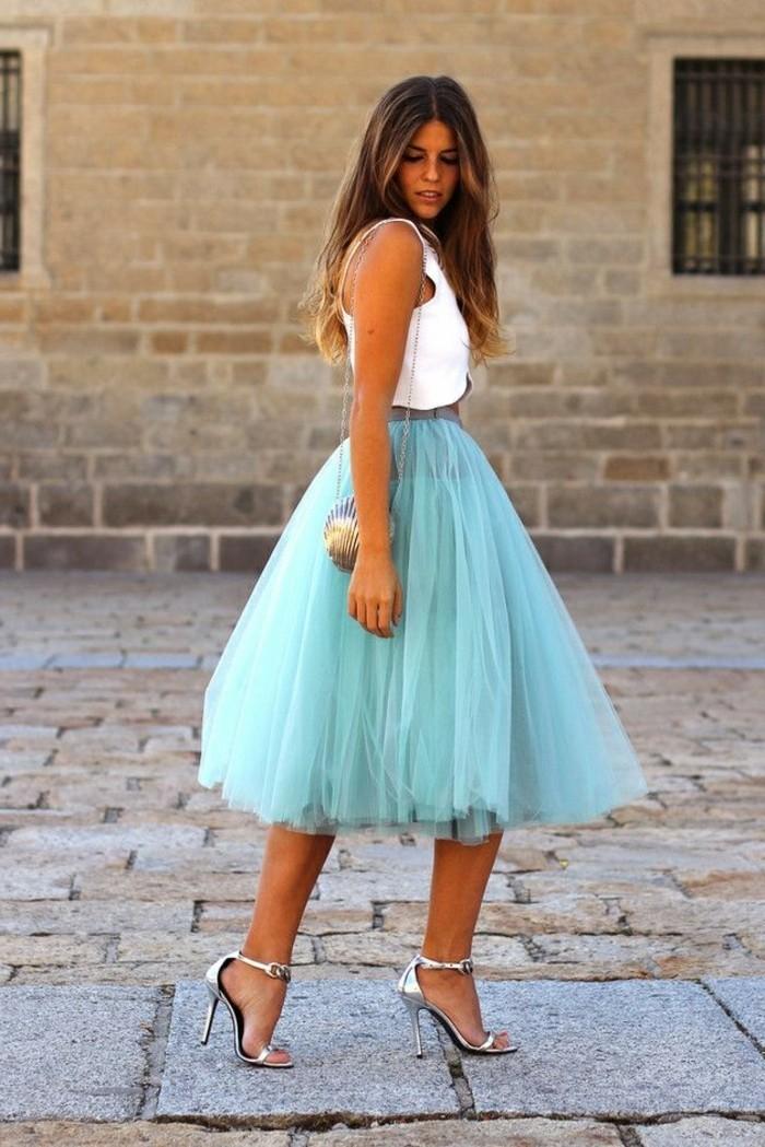 jupe-en-tulle-bleue-petit-sac-a-main-blouse-blanche