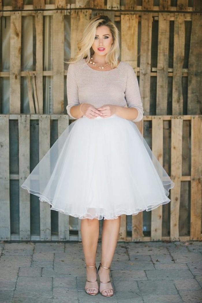 jupe-tulle-blanche-blouse-couleur-cendre-sandales-hautes