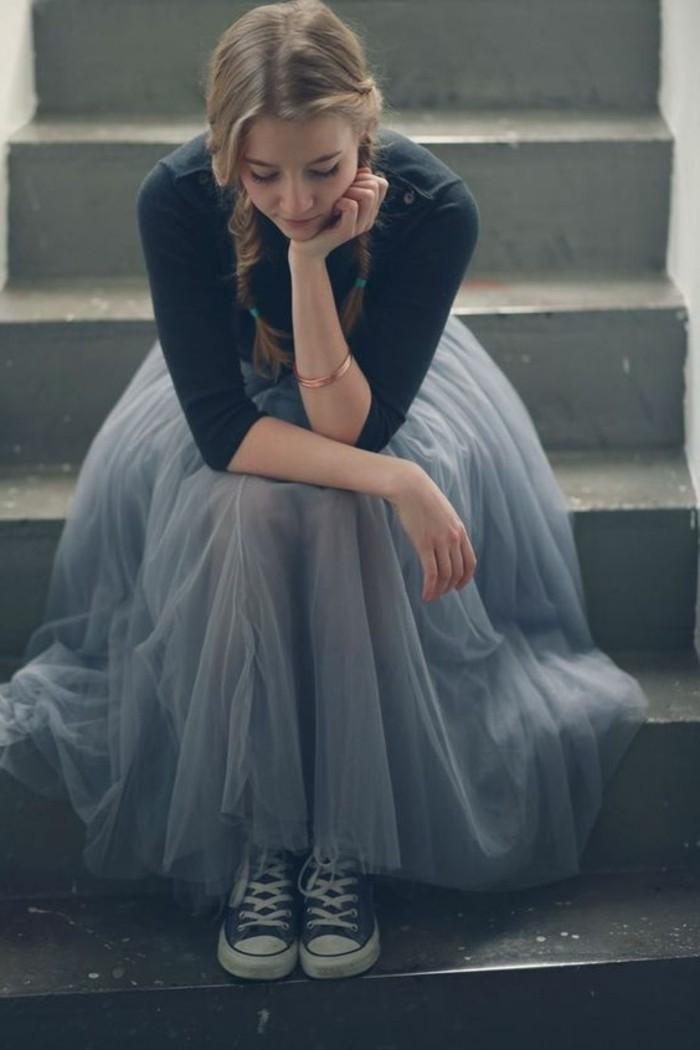jupe-tulle-bleue-blouse-noire-et-sneakers
