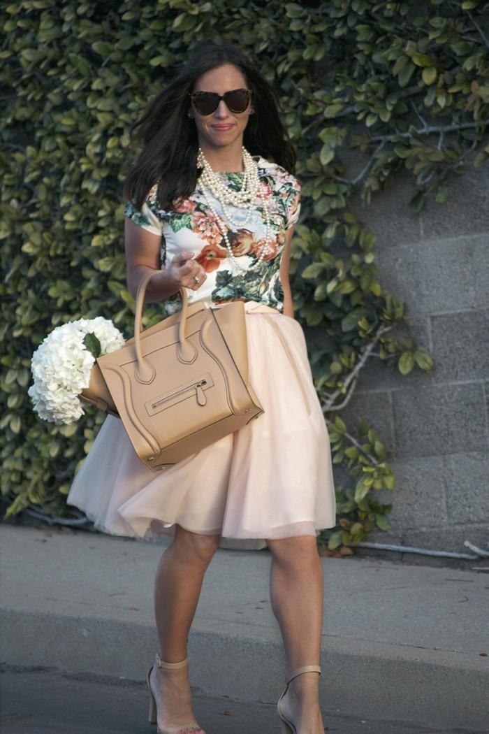 jupe-tutu-femme-jupe-tulle-rose-sac-beige-et-chemise-florale