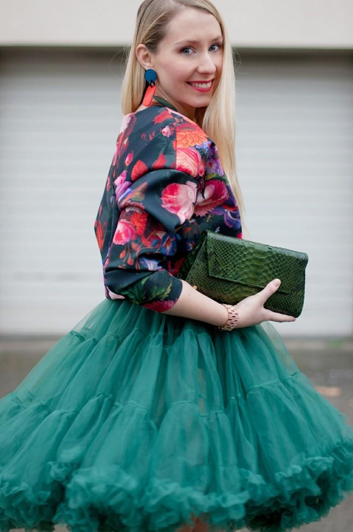 jupe-tutu-femme-jupe-bleue-et-chemise-florale-sac-a-porter