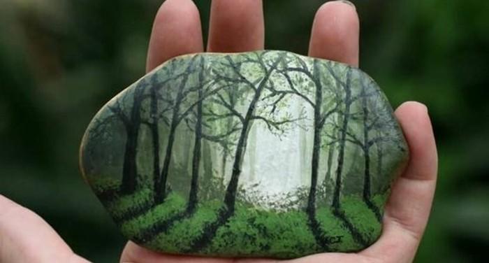 l-art-du-dessins-sur-galet-un-foret-enchantée-arbres-verts-idee-d-activité-créative-adulte