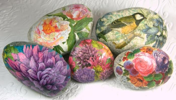 la-technique-réalisée-sur-des-galets-galets-décorés-a-motifs-floraux-serviettes-multicolores-decoration-maison-esthetiques