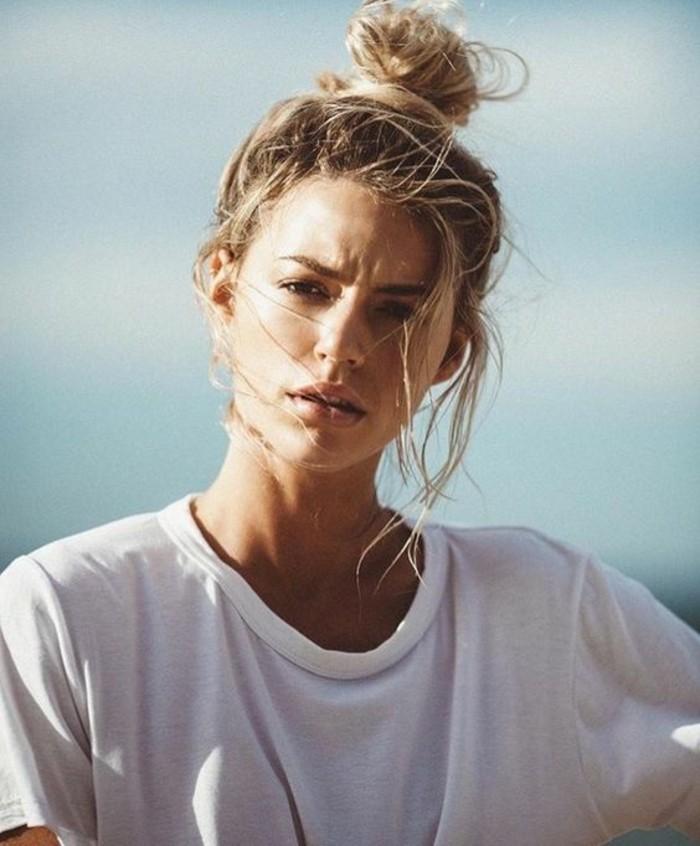le-chignon-cheveux-mi-long-idee-comment-se-coiffer-au-bord-de-la-mer
