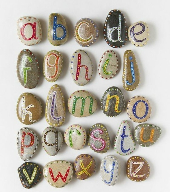 lettres-peintes-sur-des-galets-abécédaire-idée-de-galets-décorés-a-effet-ludique