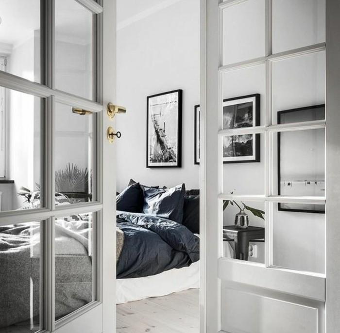linge-de-lit-en-bleu-noir-et-gris-decoration-murale-de-photos-noir-et-blanc-couleur-mur-blanche-exemple-de-decoration-scandinave